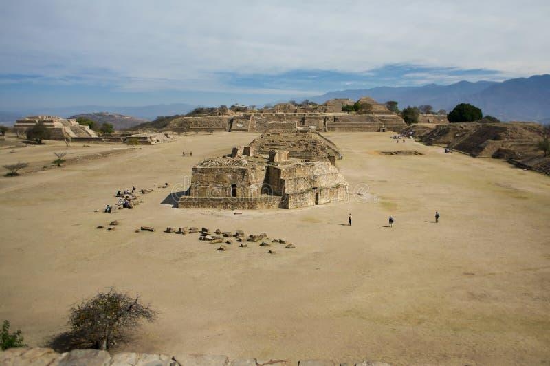 Zentraler Platz Mexikos Oaxaca Monte Alban mit Verkäufern und bewölktes stockbild