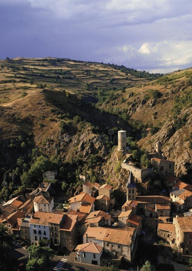 Zentrales Dorf Gebirgsmassivs des Frankreich-Auvergne von Str.floret lizenzfreies stockfoto
