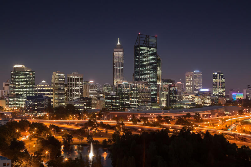 Perth am Sonnenuntergang lizenzfreie stockfotos