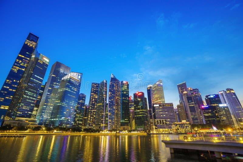 Zentrales Geschäftsgebietgebäude von Singapur-Stadt in der Dämmerung stockfotografie