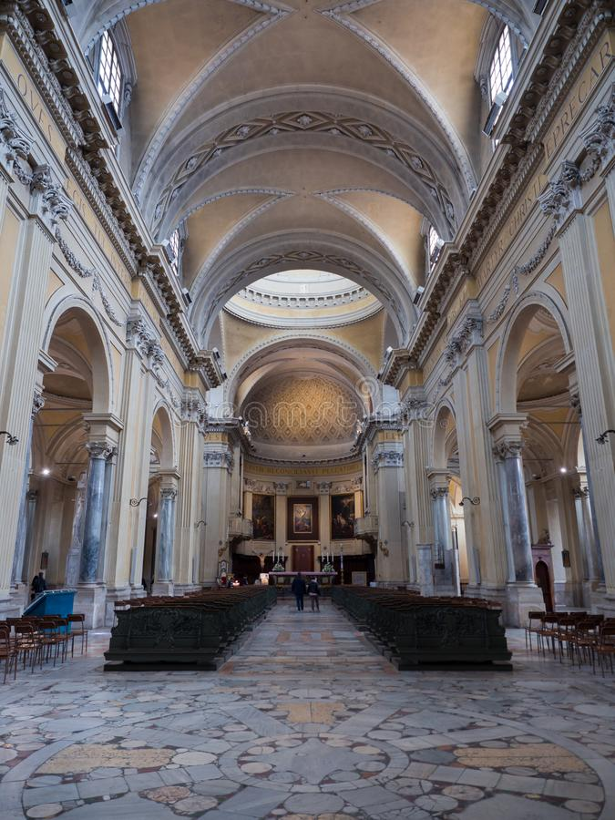 Zentrales Kirchenschiff mit gewölbter Decke des Fasses des Duomo von Ravenna lizenzfreie stockbilder