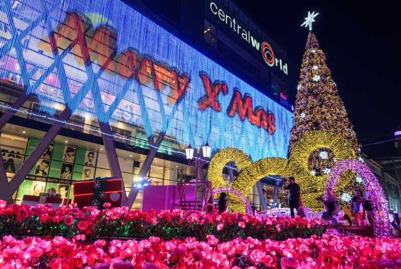 Zentrales Welteinkaufszentrum nachts, begrüßen zu Weihnachts- und guten Rutsch ins Neue Jahr-Festival 2016 in Bangkok, Thailand stockbilder