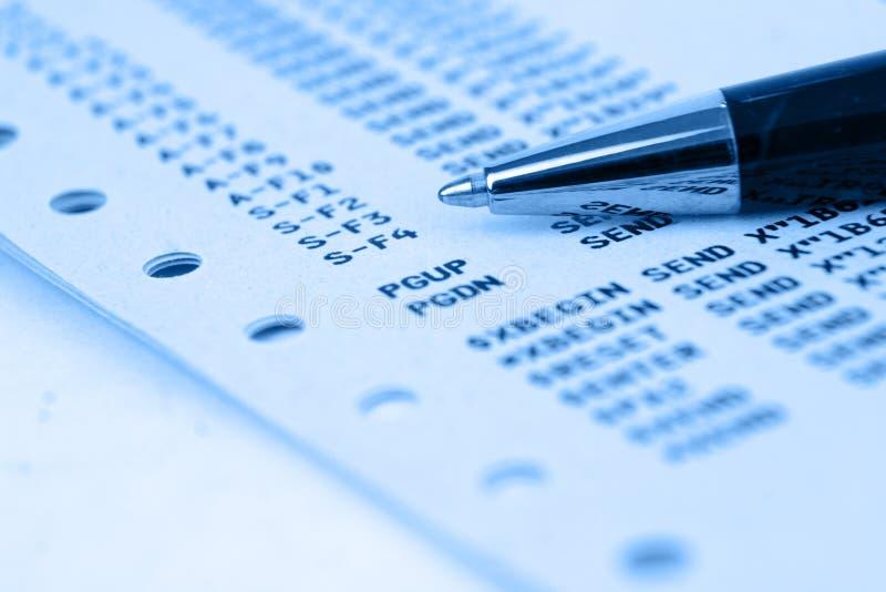 Zentralrechnerpapier mit blauem Testblatt stockbilder