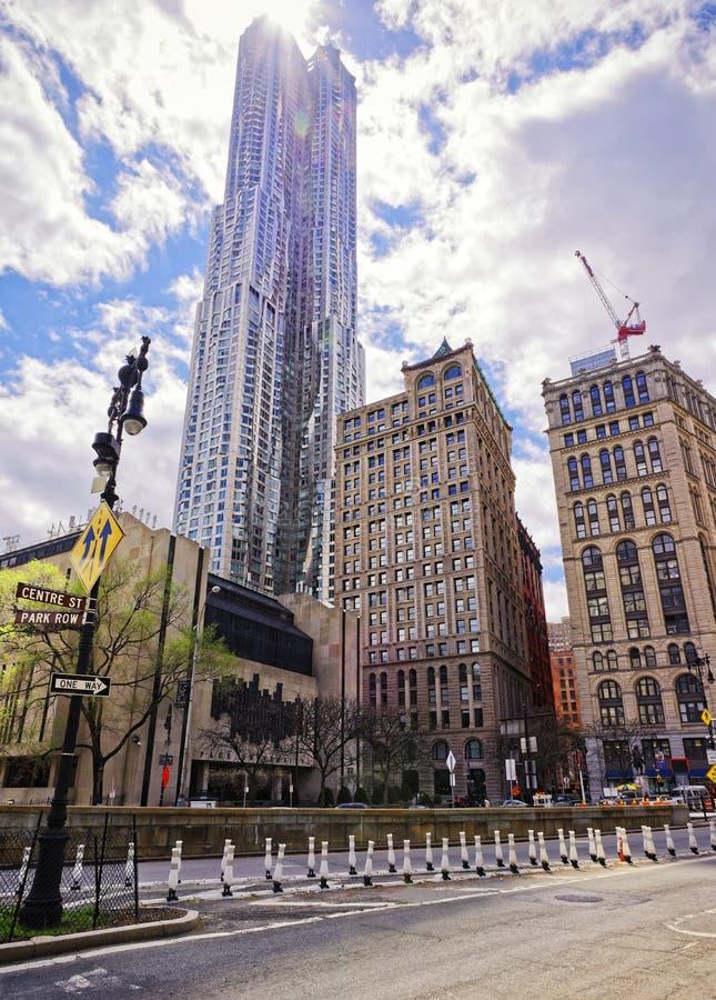 Zentrieren Sie Straße mit Ansicht über New York durch Gehry-Wolkenkratzer lizenzfreie stockbilder