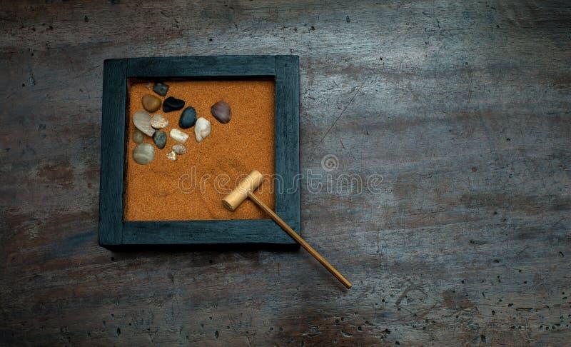 Zentuin met hark en stenen op oranje zand royalty-vrije stock foto's