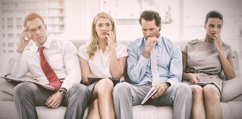 Zenuwachtige stafmedewerkers die op gesprek wachten royalty-vrije stock foto
