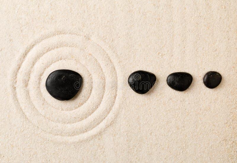 Zenzand en steentuin met geharkte cirkels De eenvoud, concen stock foto's
