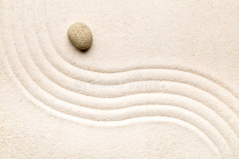 Zenzand en steentuin met geharkte gebogen lijnen Eenvoud, c stock fotografie