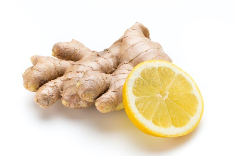 Zenzero bio- e limone su fondo bianco fotografia stock libera da diritti