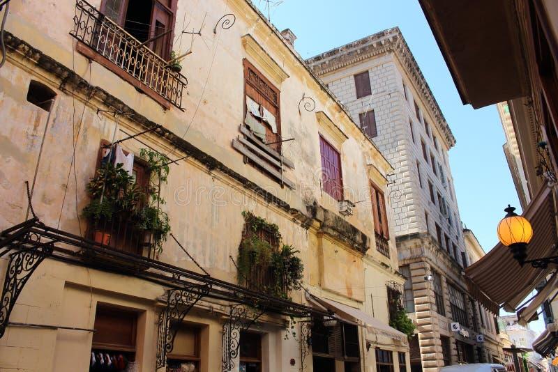 Zerbröckelnde Straßen und Gebäude in Nachbarschaft Habana Vieja, La Havana, Kuba stockfoto