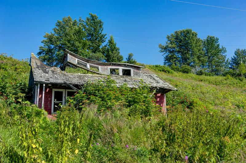 Zerbröckelndes verlassenes altes Haus in Alaska, Ninilchik, Kenai Penins lizenzfreies stockbild
