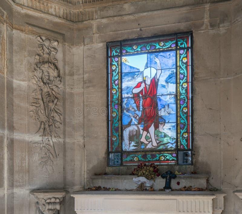 Zerbrochene Fensterscheibe in der alten Krypta stockbild