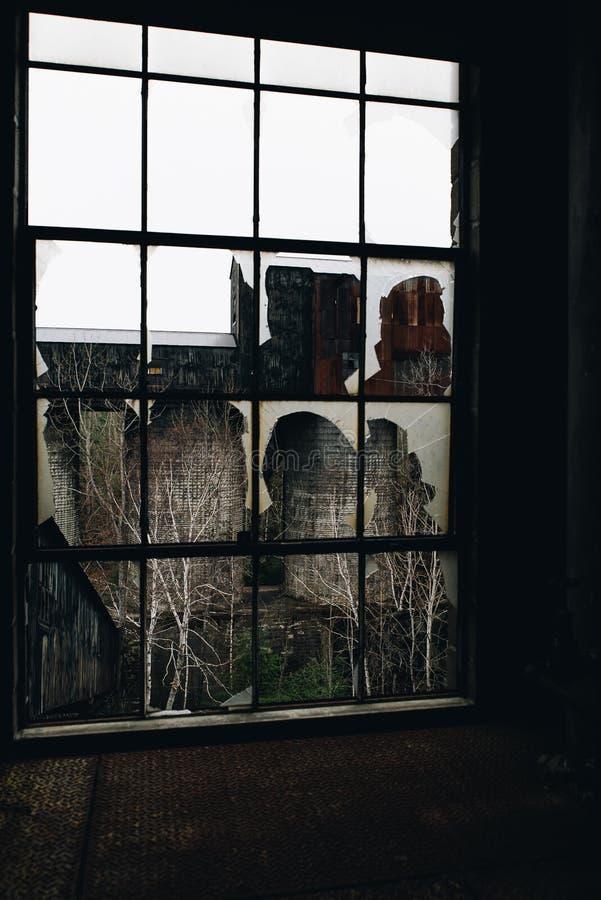 Zerbrochene Fensterscheibe - verlassene Eisen-Verarbeitungs-Fabrik u. Bergwerk - New York lizenzfreie stockfotografie