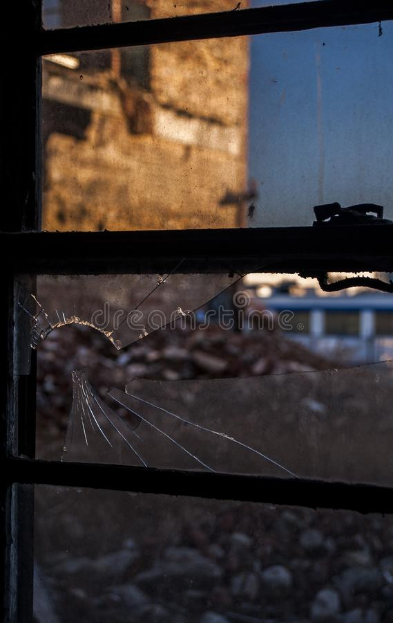 Zerbrochene Fensterscheibe - verlassene Hudepohl-Brauerei - Cincinnati, Ohio lizenzfreies stockfoto
