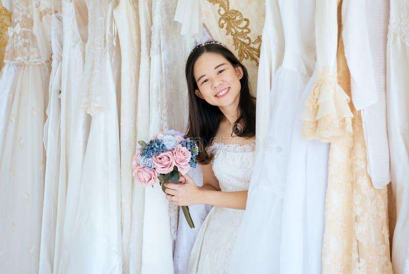 Zeremonie im Hochzeitstag, gl?cklich und L?cheln, Portr?t der sch?nen asiatischen Frauenbraut im wei?en Kleid nett und lustig lizenzfreie stockfotos