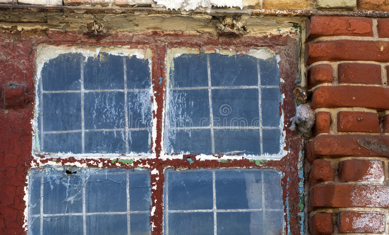 Zerfallenes Fenster auf Wand des alten Hauses stockfoto