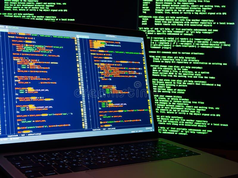 Zerhacken der Datenbank mit admin-Zugang Passwortdiebstahl, der Brandmauerkonzept zerhackt lizenzfreies stockfoto