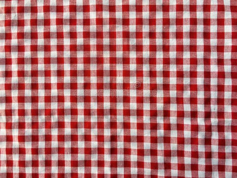 Zerknittern Sie Beschaffenheit einer roten und weißen karierten Picknickdecke stockfotos
