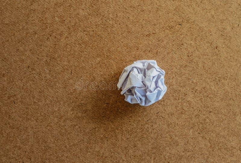zerknitterte ein Blatt Papier auf Holz stock abbildung