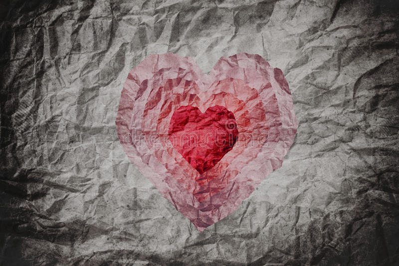Zerknitterte Papierbeschaffenheit mit Schnitt als Herzform in vielen Schichten, abstraktem Herzhintergrund, Collagenart stockfotos