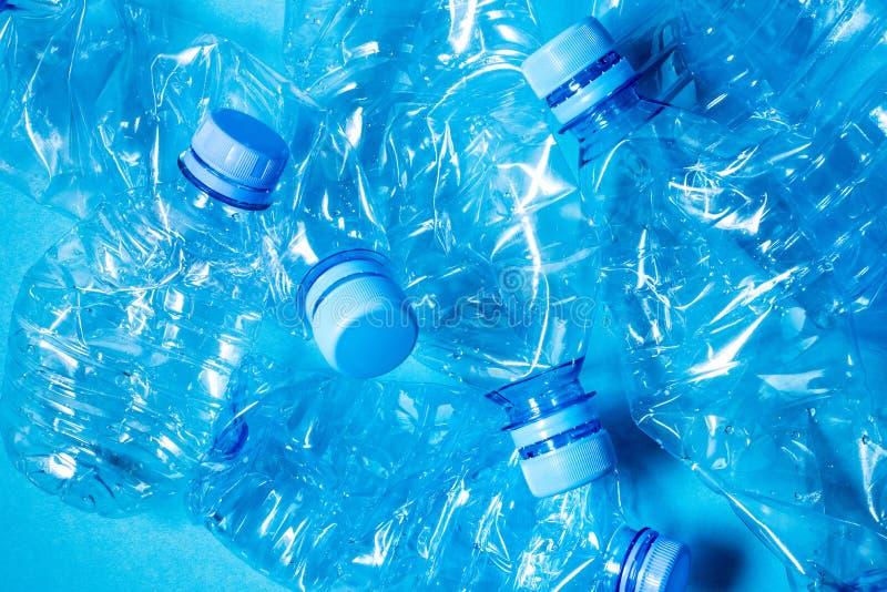 Zerknitterte Plastikflaschen Mineralwasser stockfoto