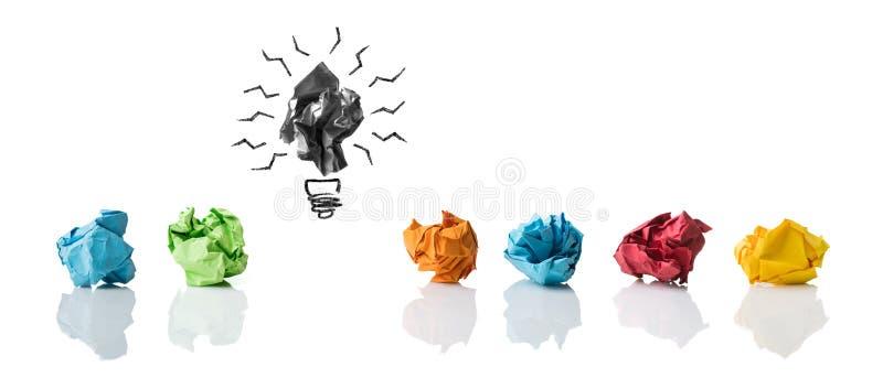 Zerknitterte symbolisierende verschiedene Papierideen mit einer hervorgehoben als fehlerhaftes  lizenzfreies stockfoto