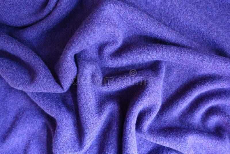 Zerknitterter violetter dünner einfacher woolen Jersey stockfotografie
