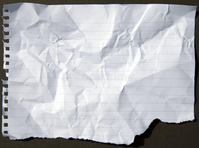 Zerknittertes und heftiges perforiertes Papierblatt lizenzfreie stockbilder