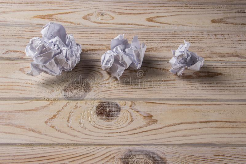 Zerknittertes Weißbuch auf einem Holztisch stockfotos