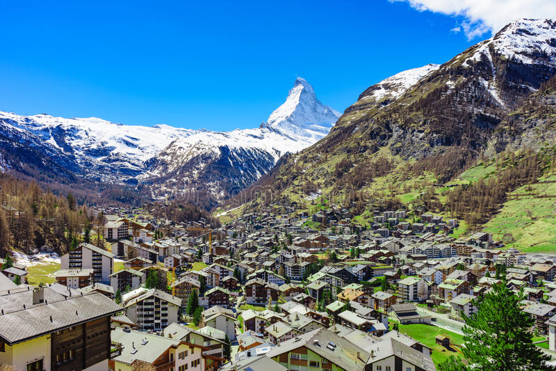 Zermatt by och Matterhorn maximum i bakgrund arkivfoto