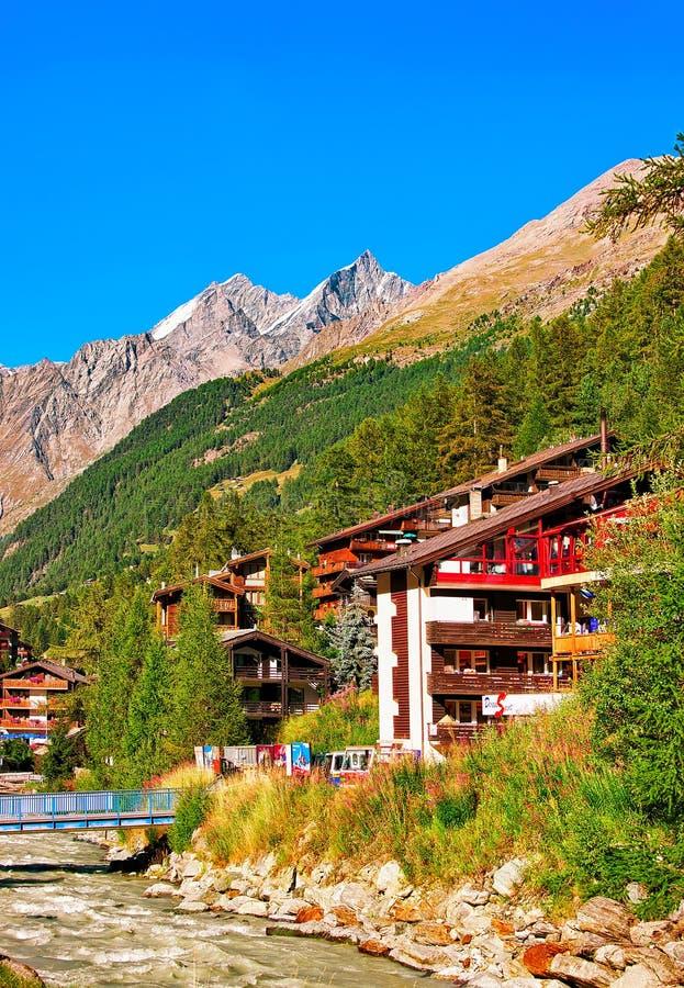 Zermatt Schweiz - Augusti 24, 2016: Traditionell schweizisk chalet och Gornera flod i semesterortstaden Zermatt i Schweiz in fotografering för bildbyråer
