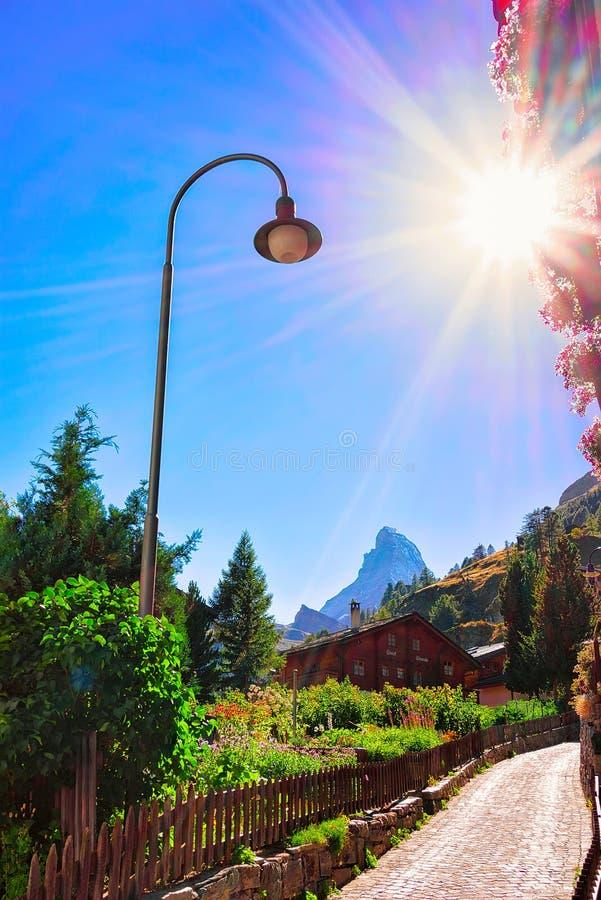 Zermatt Schweiz - Augusti 24, 2016: Traditionella schweiziska chalet i Zermatt med den Matterhorn toppmötet, Schweiz i sommar sol royaltyfri foto