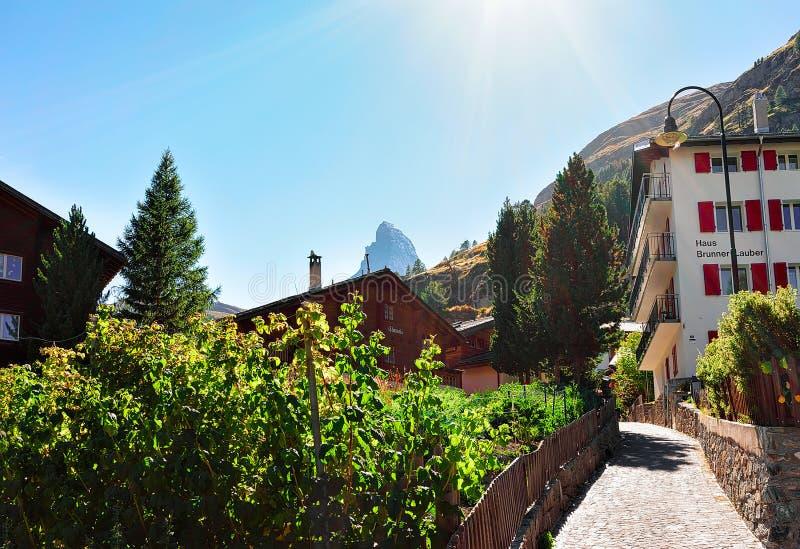 Zermatt Schweiz - Augusti 24, 2016: Traditionella schweiziska chalet på den Zermatt och Matterhorn toppmötet, Schweiz i sommar so arkivbilder