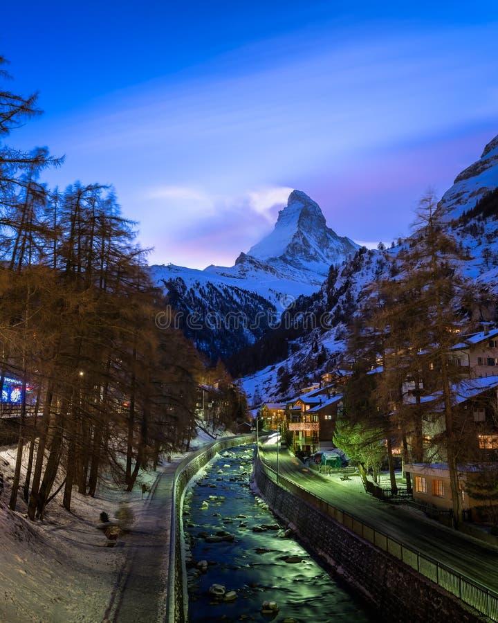Zermatt Ski Resort en Matterhorn-Piek in de Avond stock foto's