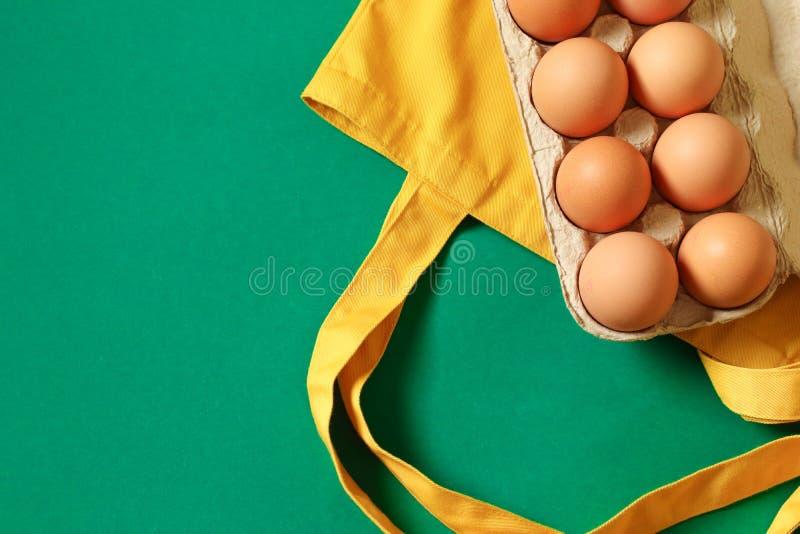 Zero jałowy pojęcie Jaskrawa żółta bawełniana produkt taca z kurczaków jajkami i torba zdjęcia stock
