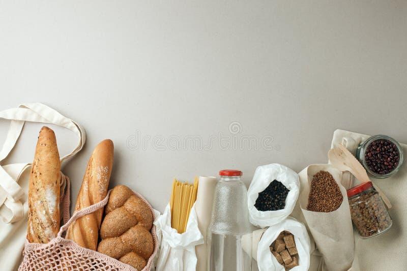 Zero jałowych pojęć, sustanable styl życia, szkło i papierowy reusable pakować dla sklepu spożywczego zakupy, - tkanina, odgórny  zdjęcia stock