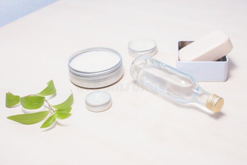 Zero jałowe opcje dla twój łazienki Reusable, repurposed blaszani kosmetyków zbiorniki, zdjęcie stock
