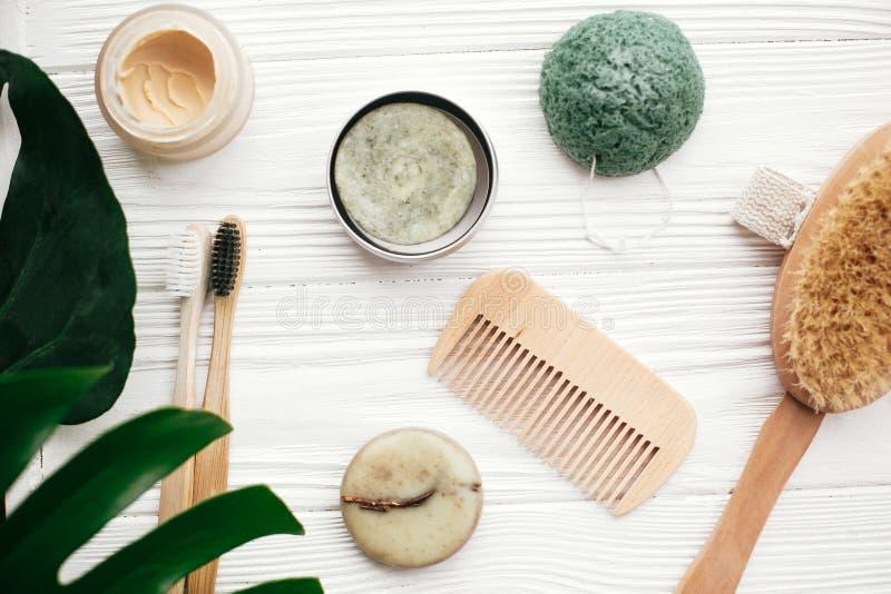 zero jałowy mieszkanie nieatutowy Stały szamponu bar, bambusowi toothbrushes, zaleca się obraz royalty free