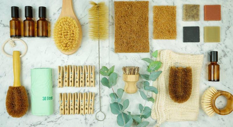 Zero-spreco, concetto senza plastica della famiglia con la lavanderia e prodotti di pulizia fotografia stock