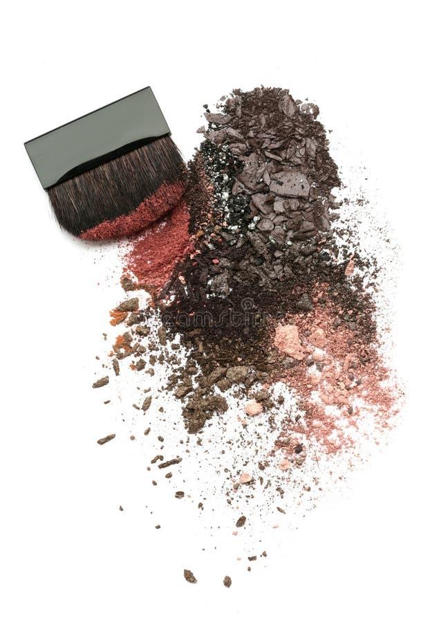 Zerquetschte Augenschminkemischung und -pinsel lizenzfreies stockfoto