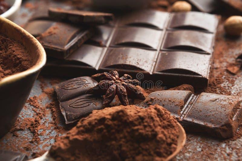 Zerquetschte Schokoladenstücke und -kakao auf grauem Hintergrund lizenzfreie stockfotos