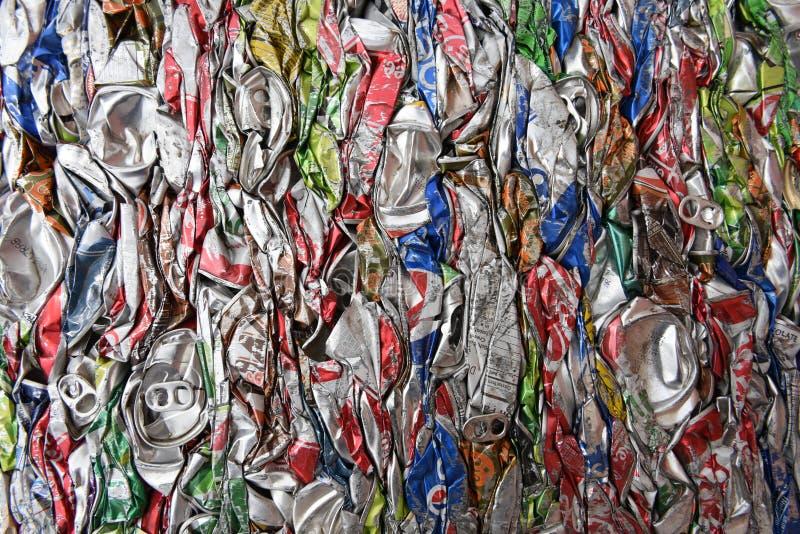 Zerquetschtes, zusammengedrücktes, zertrümmertes, flachgedrücktes Aluminiumsoda und Bierdosen für die Altmetallwiederverwertung lizenzfreie stockfotos