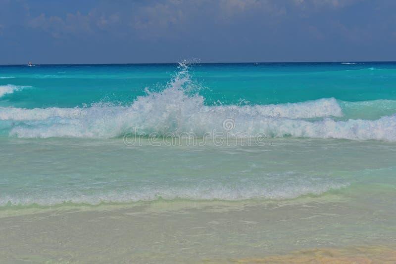 Zerquetschung der Welle und der Schatten des Blaus an einem karibischen Strand stockfotos