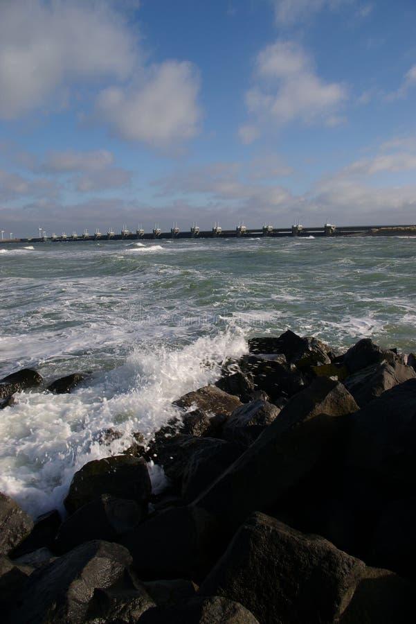 Zerquetschung der Wellen stockfoto
