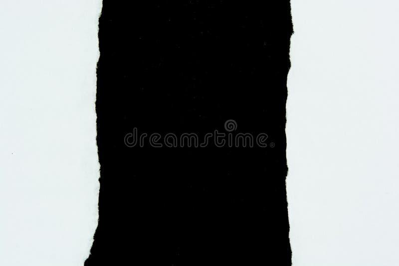 Zerreißen Sie Weißbuchblätter papier auf Schwarzem lizenzfreie stockbilder