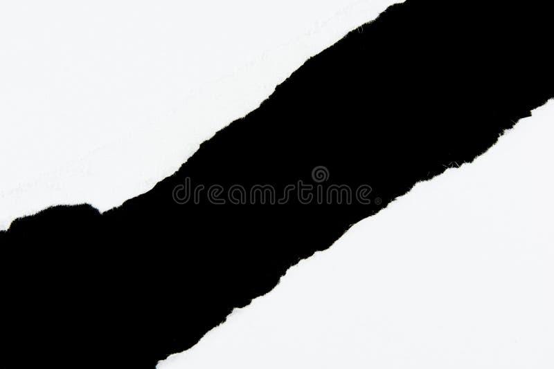 Zerreißen Sie Weißbuchblätter papier auf Schwarzem lizenzfreie stockfotos