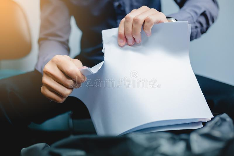 Zerreißendes leeres Papier des Geschäftsmannes auseinander lizenzfreie stockfotografie