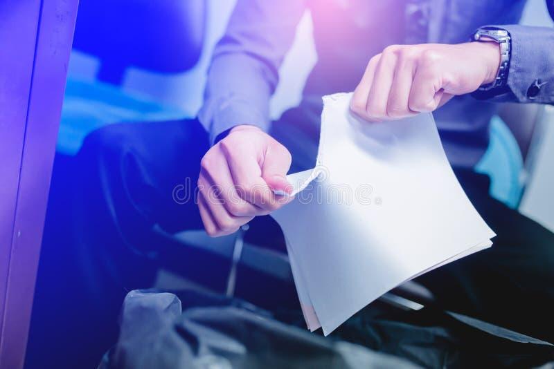 Zerreißendes leeres Papier des Geschäftsmannes auseinander lizenzfreie stockfotos