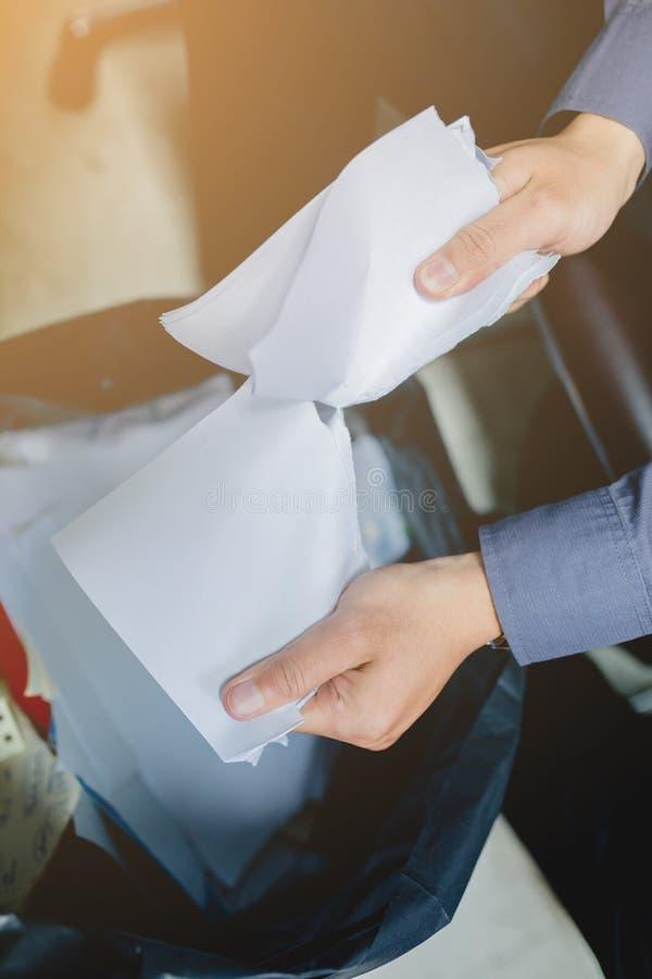 Zerreißendes leeres Papier des Geschäftsmannes auseinander stockbild
