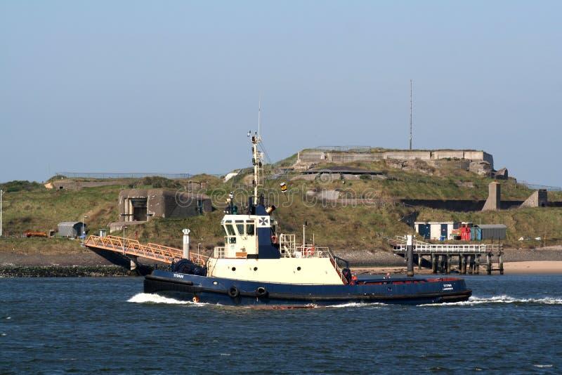 Zerren Sie das Boot, das an dem Nordsee-Kanal arbeitet lizenzfreies stockfoto